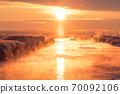 太陽柱升起時,北海道在仲冬的早晨 70092106