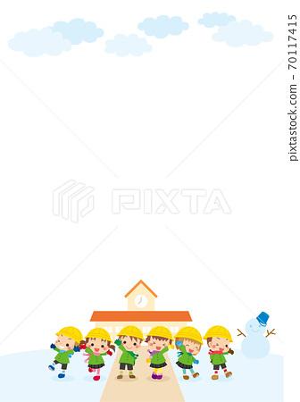 一個可愛的幼兒園孩子們在白雪皚皚的幼兒園前微笑的組的插圖 70117415