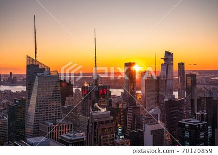 《紐約》曼哈頓的摩天大樓和日落 70120859