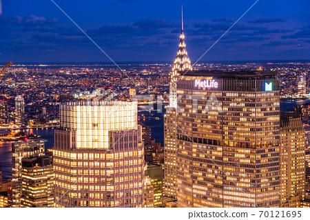 《紐約》曼哈頓摩天大樓的夜景 70121695