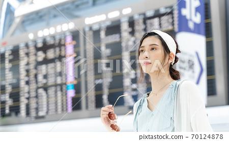 年輕女子在旅途中[機場] 70124878