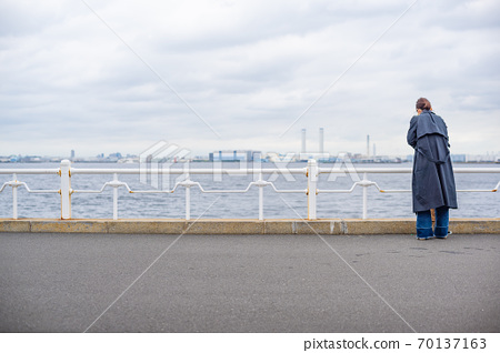 Parents and children looking at the sea at the harbor 70137163