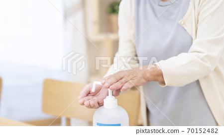 女性高級身體部位用酒精消毒切割 70152482