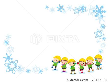 一個可愛的幼兒園孩子們組穿著冬天的衣服雪水晶框架的插圖 70153080