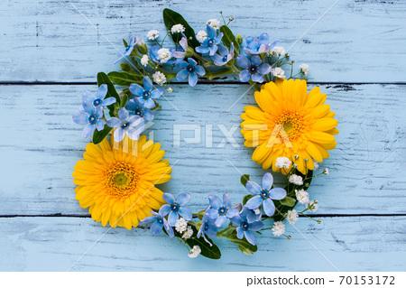 非洲菊和藍星花花環 70153172