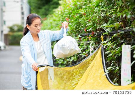 高級女子扔掉垃圾 70153759