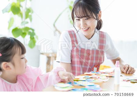 育兒圖片:女孩和托兒所老師 70158669