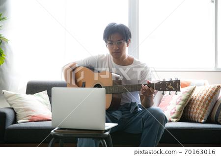 방에서 기타 연주 멋진 남자 70163016