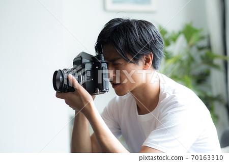 카메라를 가진 멋진 남자 70163310