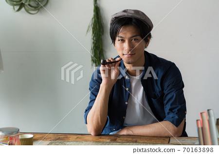 담배를 피우는 멋진 남자 70163898