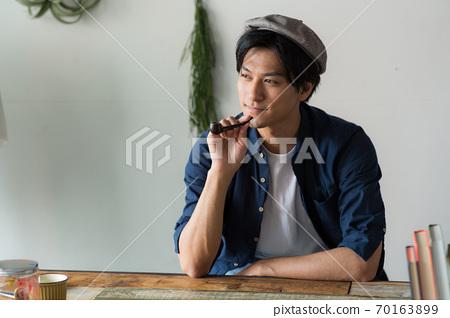 담배를 피우는 멋진 남자 70163899