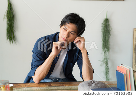 담배를 피우는 멋진 남자 70163902