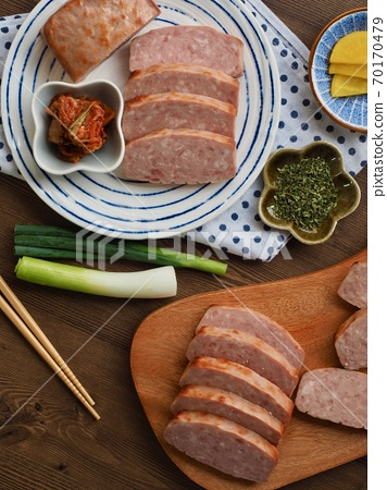 사각형 모양의 돼지고기 햄과 채소, 김치 70170479