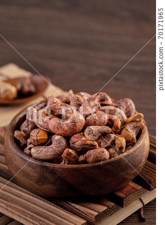 腰果 木製 木頭 背景 碗 Cashew nuts in wooden bowl カシューナッツ 70171965