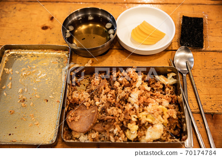 계란후라이, 소세지, 김치를 섞어 흔들어먹는 추억의 옛날도시락  70174784
