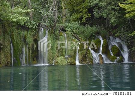 在aki水茂茂的茂密森林中,由aki木良之助絲綢集團流過,上野湖有清崎的影子。 70181281