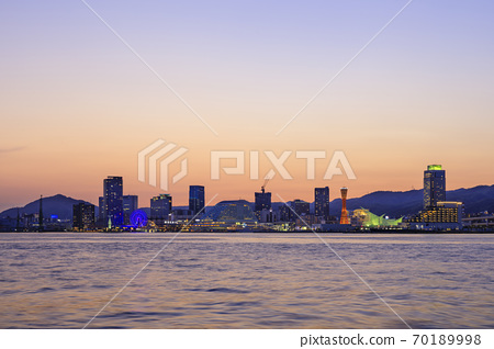 Evening view of Kobe, Hyogo Prefecture, Kobe port and cityscape 70189998