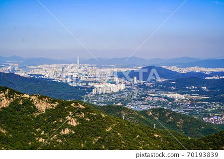 한국 경기도 과천시 중앙동 관악산 전경 70193839