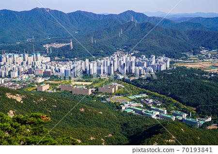 한국 경기도 과천시 중앙동 관악산 전경 70193841
