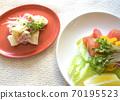 健康的蔬菜沙拉和土豆沙拉配西兰花芽 70195523