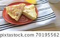 土豆,胡萝卜和奶酪的煎蛋卷 70195562
