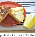 土豆,胡萝卜和奶酪的煎蛋卷 70195564