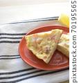 土豆,胡萝卜和奶酪的煎蛋卷 70195565