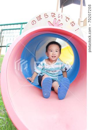터널 형 미끄럼틀에서 노는 아이 70207208