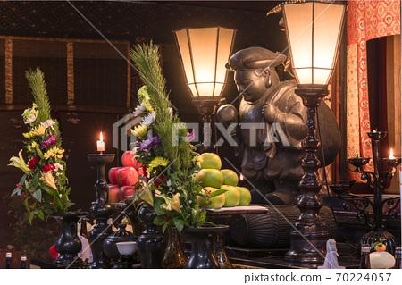 [東京上野]大國天宮的雕像,上面藏著上野的七大財神的五國院內的木槌,以及一個年糕。 70224057