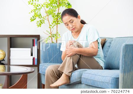 患有膝蓋疼痛的高級婦女 70224774