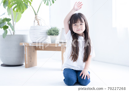 一個女孩坐在地板上的肖像 70227268