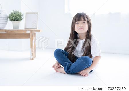 바닥에 앉아 소녀의 초상화 70227270