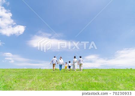 세 가족, 푸른 하늘, 산책 70230933