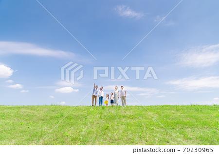 세 가족, 푸른 하늘, 산책 70230965
