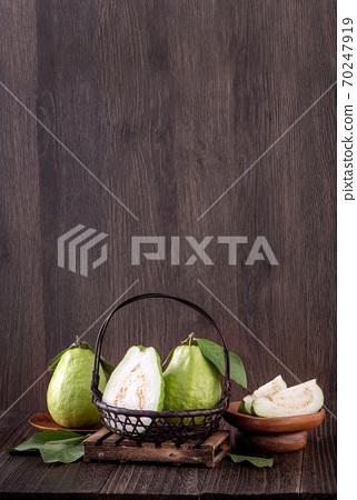 芭樂 番石榴 木頭 背景 鄉村 葉子 Guava white fruit leaf グアバ 果物 70247919