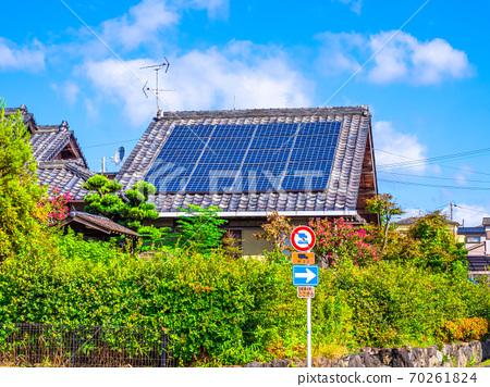 老房子和太陽能電池板 70261824