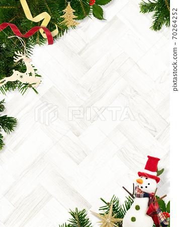 用杉木樹和聖誕節裝飾品裝飾的木紋背景-有多個變化 70264252