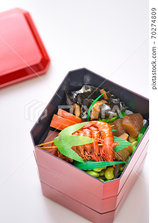 裝在小盒子裡的新年菜餚 70274809