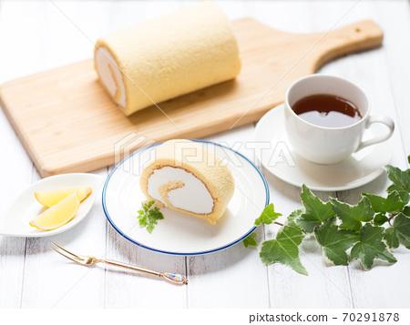 充分未加工的奶油卷蛋糕 70291878