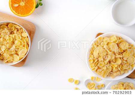 玉米片 甜點 早餐 牛奶 頂視圖 corn flakes with milk コーンフレーク 牛乳 70292903