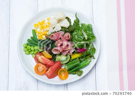 板上的各種蔬菜 70293740
