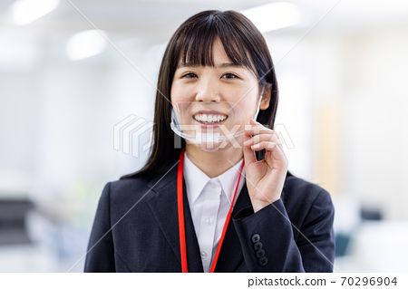마우스 실드를하는 여성의 얼굴 70296904