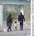 父母在公园散步 70303414