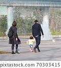 父母在公园散步 70303415