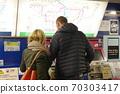 外国游客在车站购买火车票 70303417