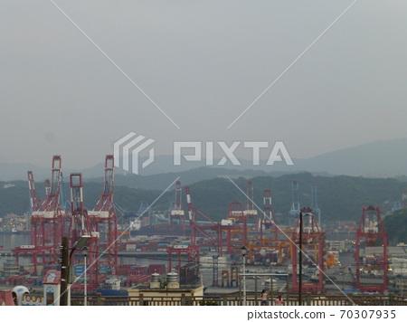 台灣基隆-04/05/2018:從白米甕砲台看基隆港貨櫃中心 70307935