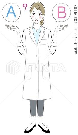 一个女人穿着白色的长袍,比较两个的插图 70309187