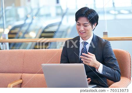 소파에 앉아 온라인 회의를하는 젊은 사업가 70313073