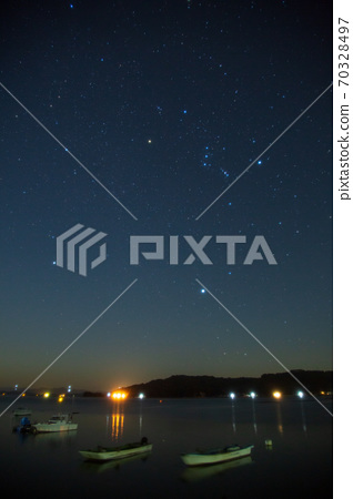瀨戶內獵戶星座的星空照片照耀著漁港的天空 70328497