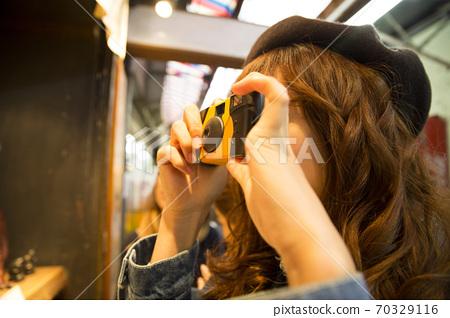 女人用即時相機拍照 70329116